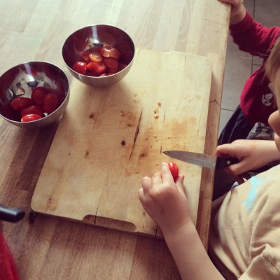 Kleine Küchenhelfer - Kinder beim Kochen