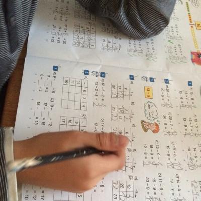 Der Große musst nach seinem Wochenende in der Jugendherberge mit der ev. Jugend noch Hausaufgaben machen