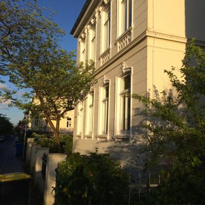 Die Sonne vergoldet die wunderschönen Stadthäuser in Oldenburg. Ich mag diese Stadt sehr!