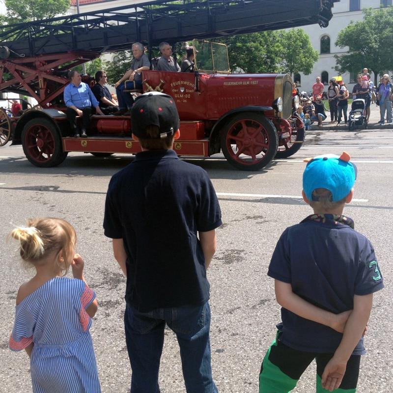 Kinder Feuerwehrparade München