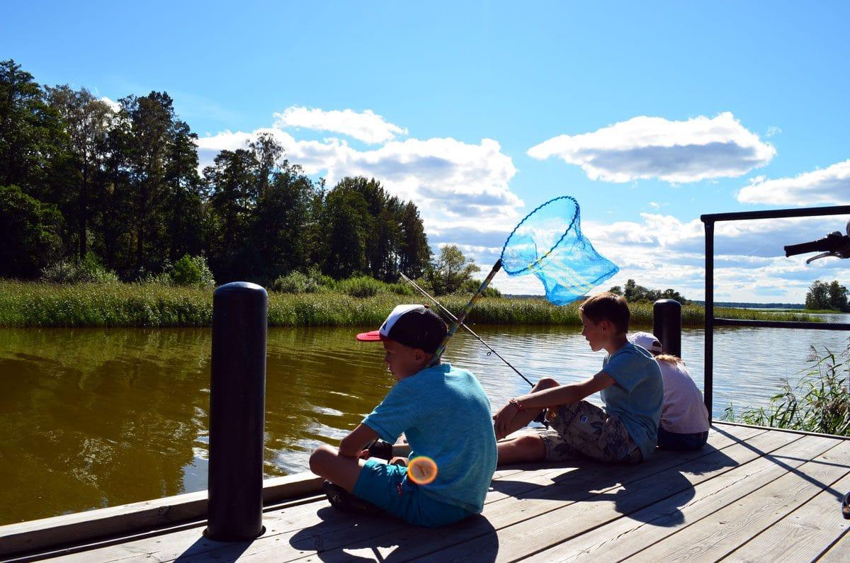 Urlaub in Schwedenmit Kindern. Angeln gehen am See